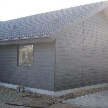Tilbygning i Trækonstruktion ,Ydervægge er lavet med Ivarplanker Dører og Vinduer i Alu og Ibf tagsten